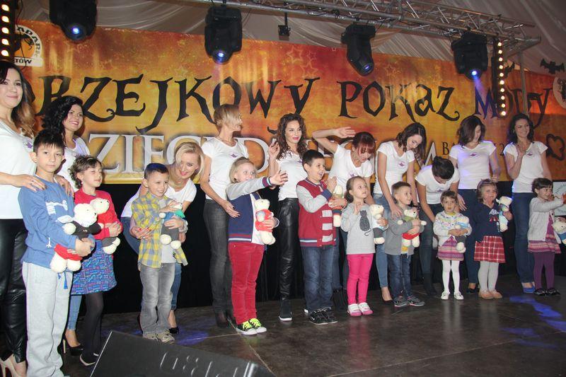 """Andrzejkowy Pokaz Mody """"Dzieci Dzieciom""""  w Bałtowie"""
